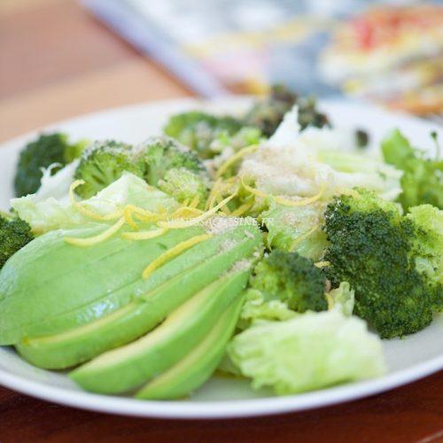 recette de salade d'avocat et brocoli, romaine et zestes de citron