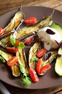 photographie culinaire d'aubergines et courgettes rôties, burrata di Buffala
