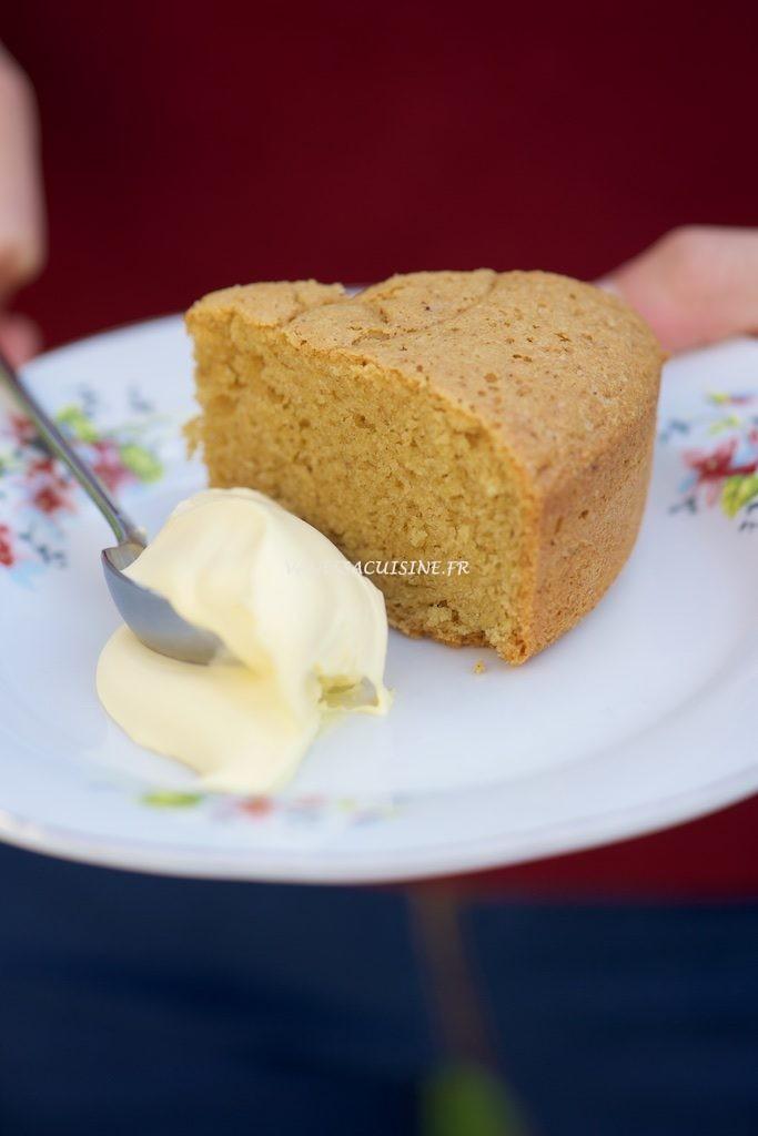 Tendre gâteau à la farine de pois chiche et crème double