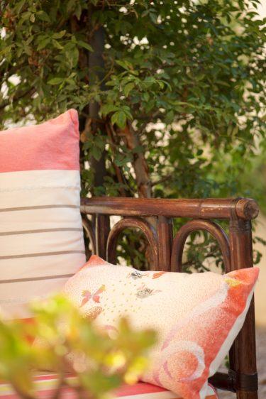 photo d'un canapé sur une terrasse l'été en Provence