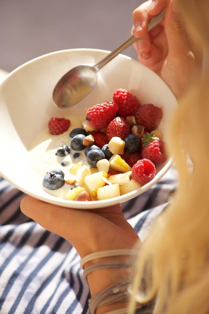 Petit-déjeuner au yaourt de soja, fruits frais d'été