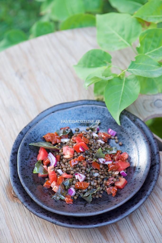 Salade de lentilles noires, tomates, câpres, ...