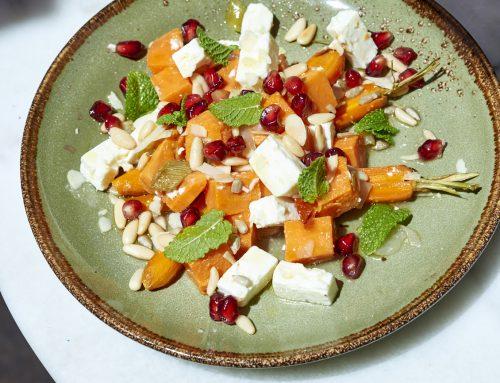 Assiette végétarienne de patate douce et carottes rôties, féta, grenade, menthe, …