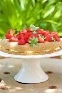 victoria sponge cake aux fraises et chocolat blanc sans gluten
