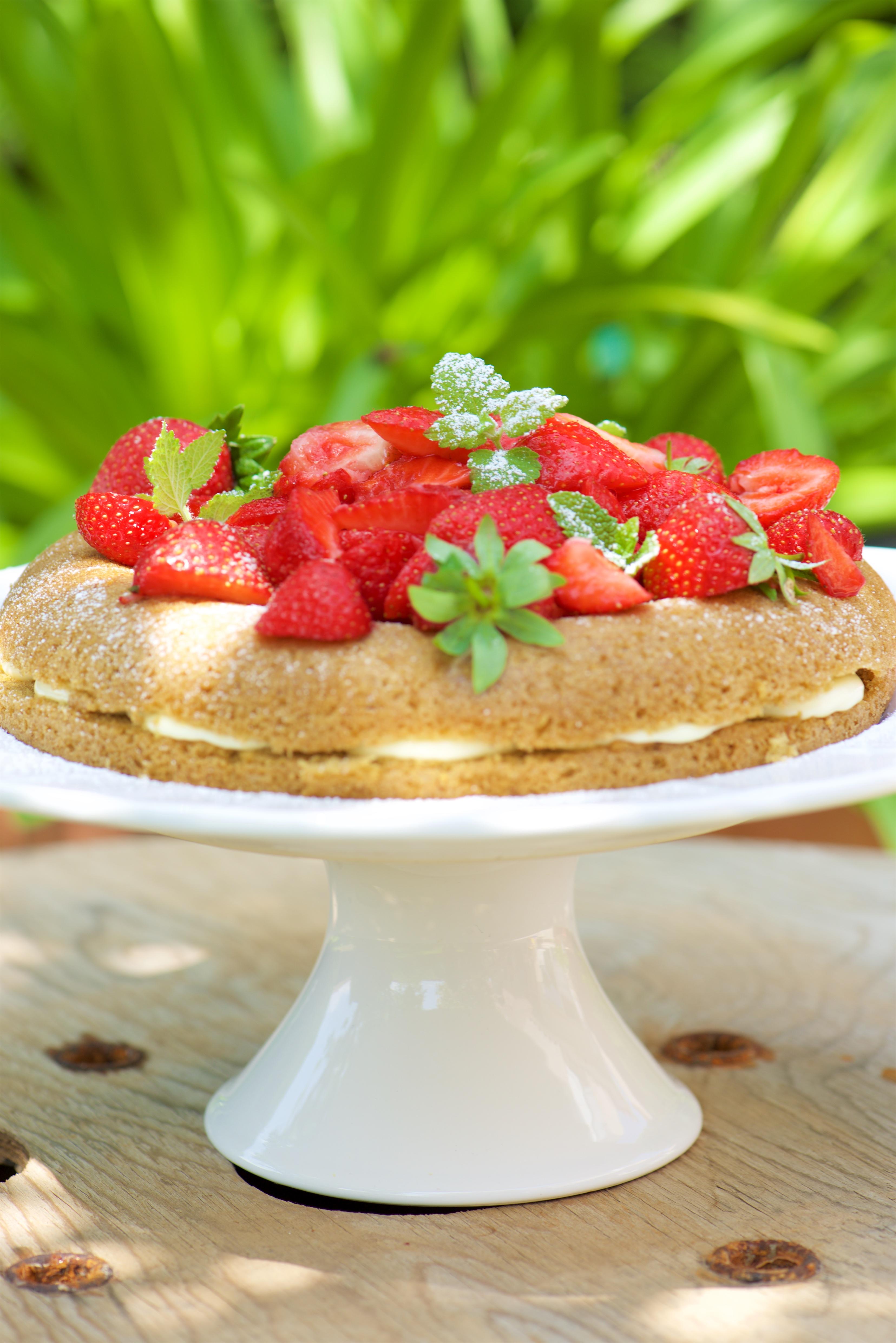 Victoria sponge cake, fraises
