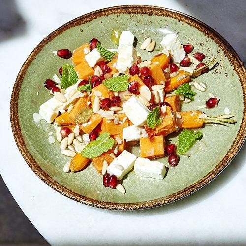 recette de patates douces rôties, féta, grenade et herbes fraîches