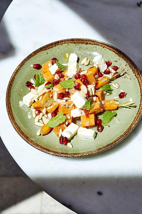 Assiette végétarienne de patate douce et carottes rôties, féta, grenade, menthe, ...