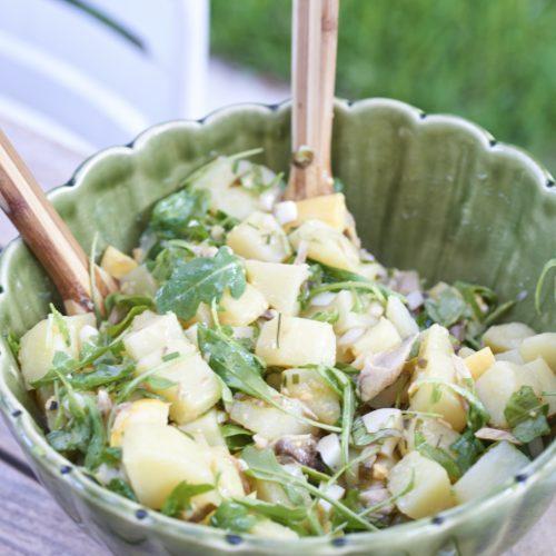 salade de pommes de terre nouvelles aux herbes fraîches et maquereau