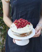 recette de gâteau d'anniversaire à étage aux framboises et chocolat blanc