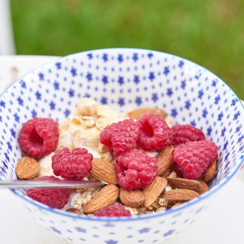 recette de petit déjeuner au yaourt de brebis, framboises et amandes