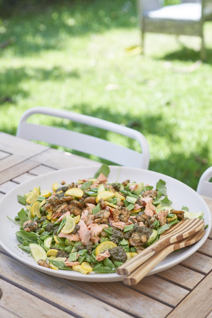 Salade de courgettes et haricots plats, saumon et crevettes au pistou
