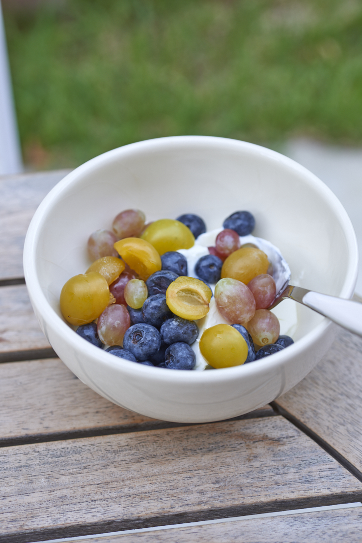 Petit-déjeuner d'été au yaourt de brebis, myrtilles, ...
