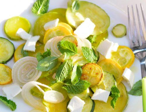 Salade de courgettes et cébettes grillés, fromage de brebis