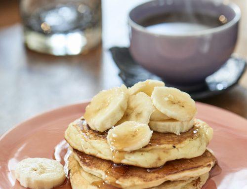Pancakes, sirop d'érable et bananes (sans gluten)