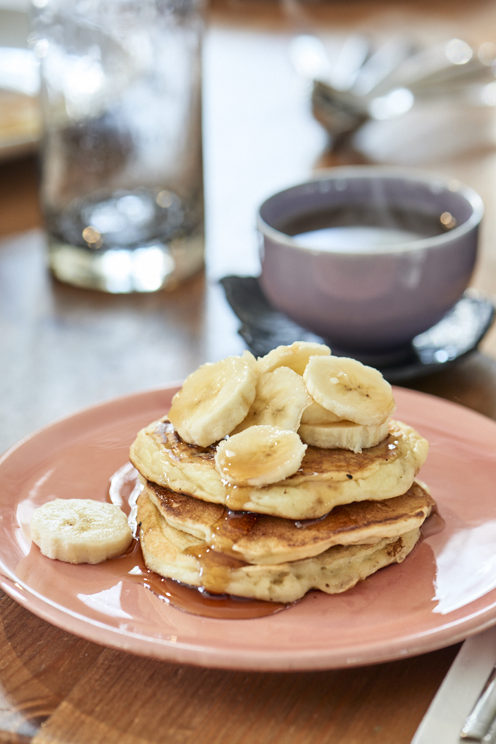 Pancakes, sirop d'érable et bananes