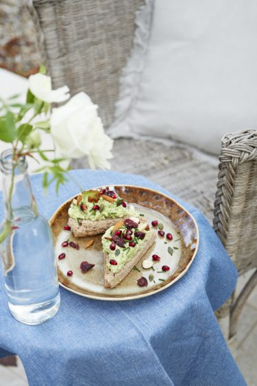 recettes de toasts à l'avocat, chèvre frais et fruits secs