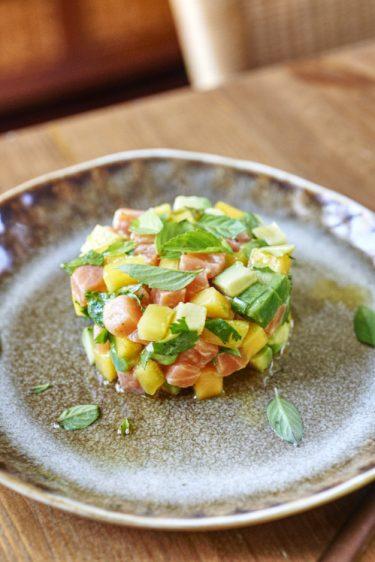 recette de tartare de saumon à l'avocat et à la mangue