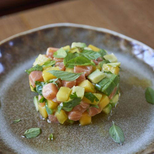 Tartare de saumon bio à la mangue et à l'avocat, coriandre fraîche