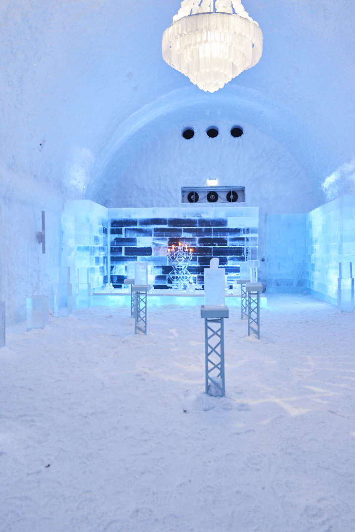 Salle du Icebar au Icehotel 365 en laponie suédoise