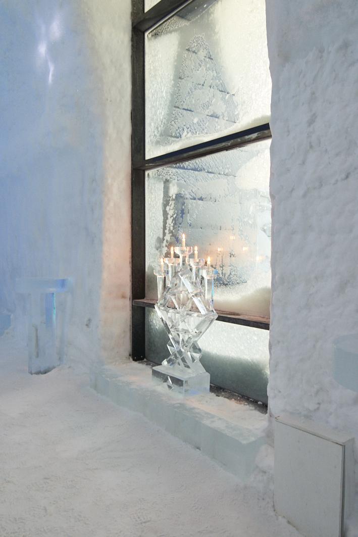 Photo du chandelier de glace au Icehotel 365 en Suède