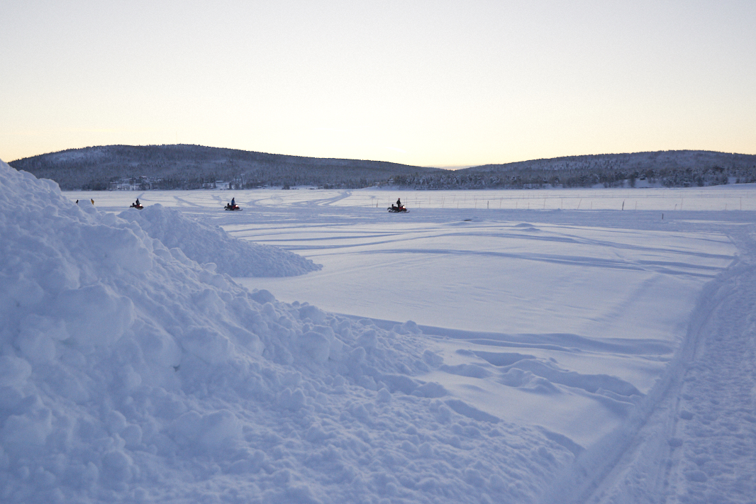 Motoneiges sur la Thorne river à Jukkasjarvi