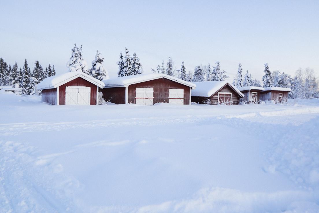 Chalets en bois rouge en Laponie suédoise
