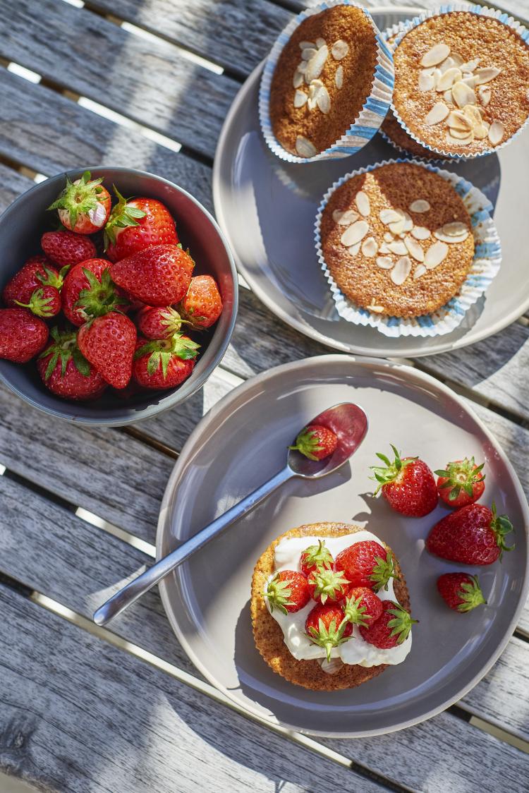 Gâteaux à la farine de maïs, fraises
