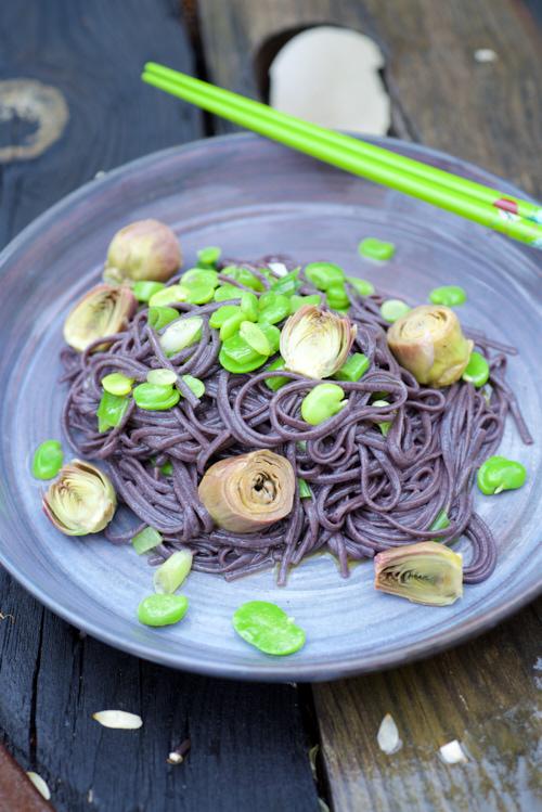 recette de Nouilles de riz noir, fèves jeunes et artichauts poivrade