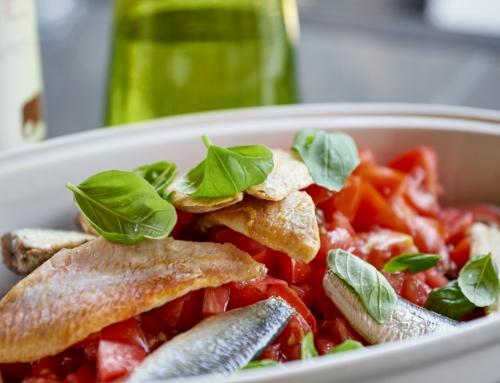 Salade de quinoa noir, tomates, filets de rougets et sardines