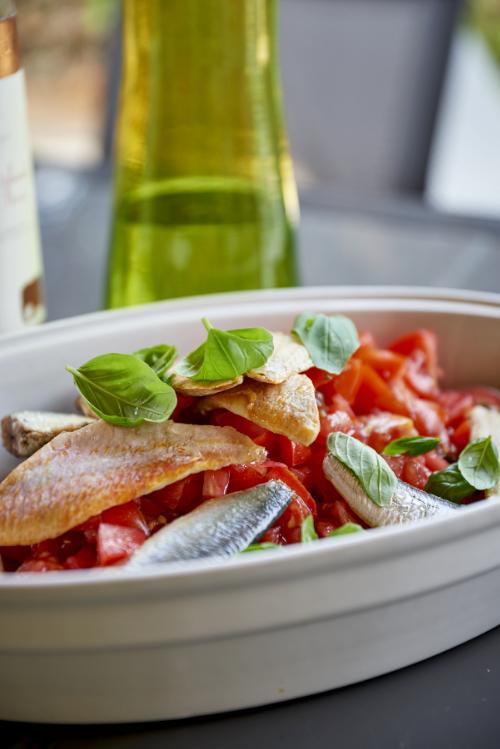 recette de salade de quinoa noir, tomates, rougets et sardines