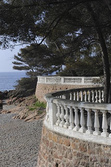 Le jardin d'une villa à Boulouris