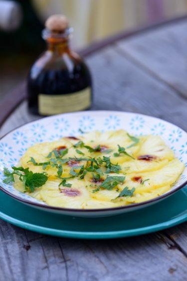 Carpaccio d'ananas au rhum arrangé, menthe et balsamique à la vanille