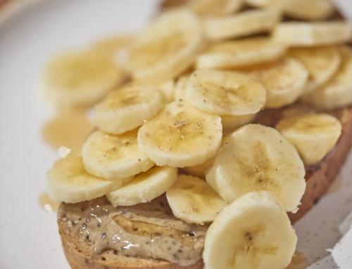 Tartine à la banane et aux épices