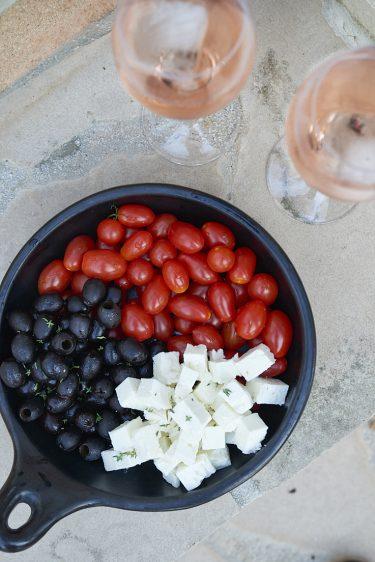 photo culinaire d'un bol apéritif avec de la féta, des olives et des tomates cerises