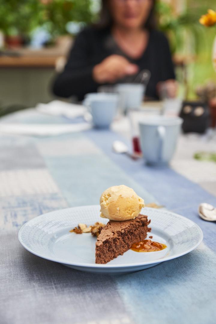 Gâteau au chocolat et coulis d'argousier
