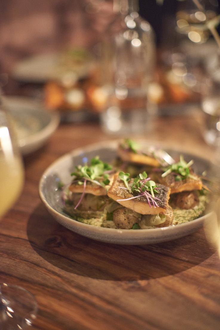 omble chevalier frit, sauce aneth et oeufs de truite