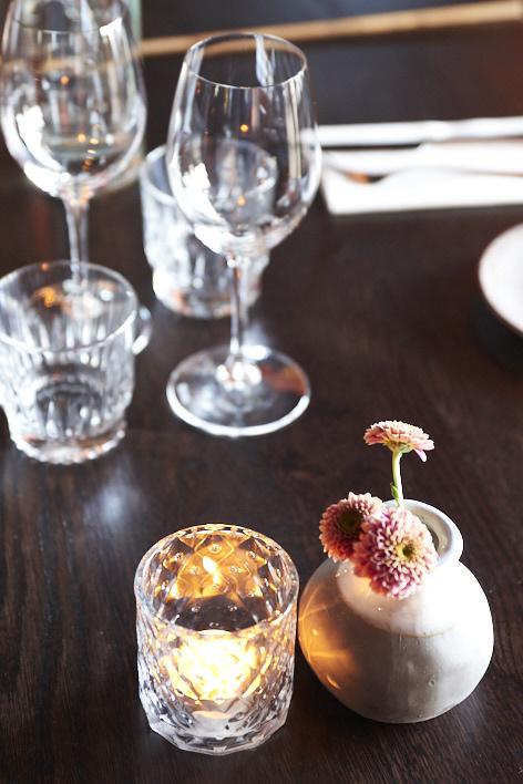 bouquet de fleurs sur une table à Hemmagastronomi