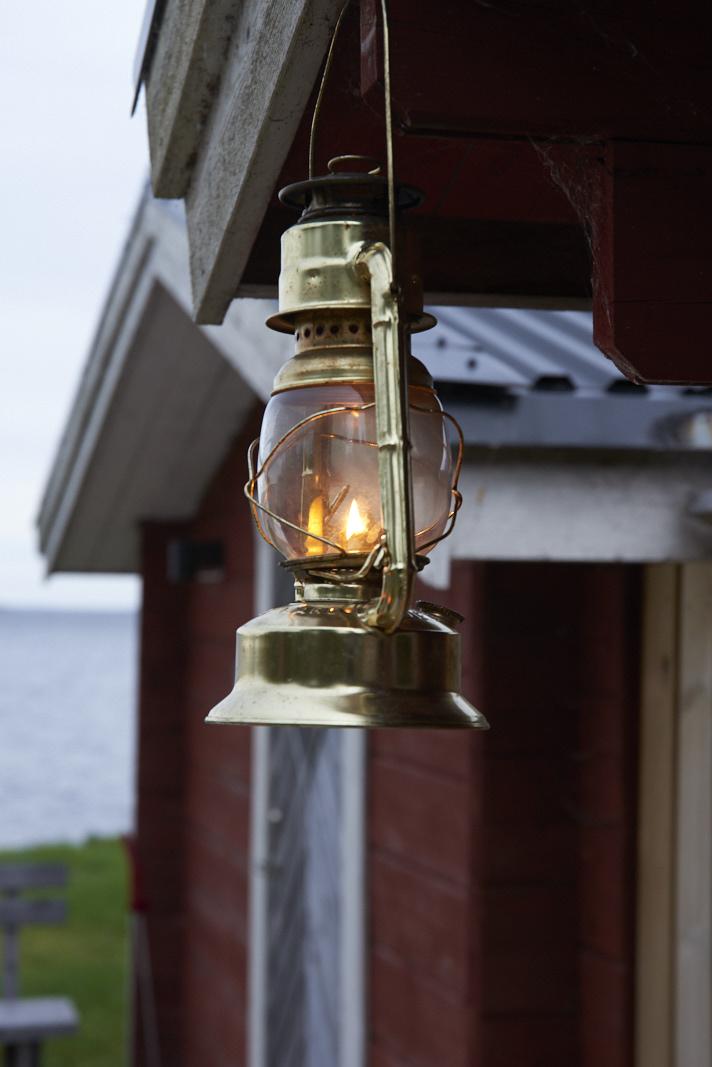 Lampe à huile devant une cabane au Pine bay Lodge