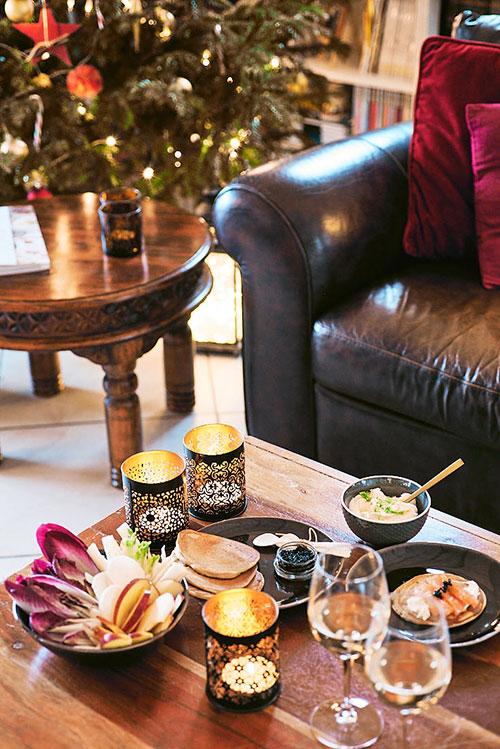 photo culinaire d'une table où est présenté un déjeuner de Noël avec des blinis de sarrasin et saumon fumé