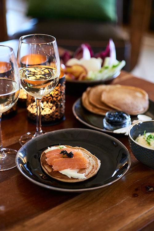 Blinis au sarrasin, saumon et caviar pour un déjeuner de Noël en amoureux