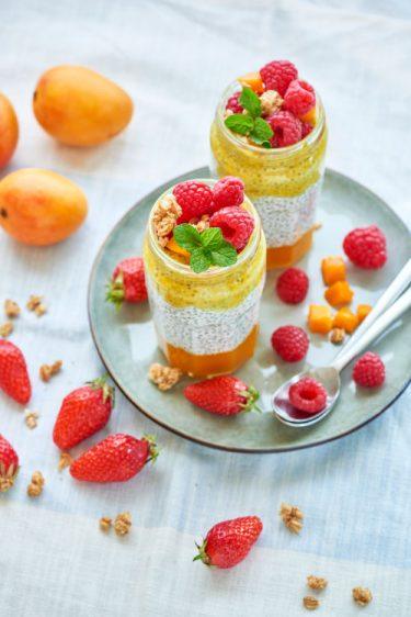 photographie culinaire de deux chia pudding à la mangue