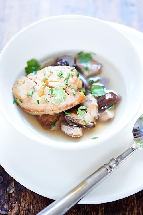 Bouillon thaïe, cèpes et foie gras poêlé