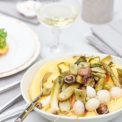 Polenta crémeuse, légumes de printemps rôtis