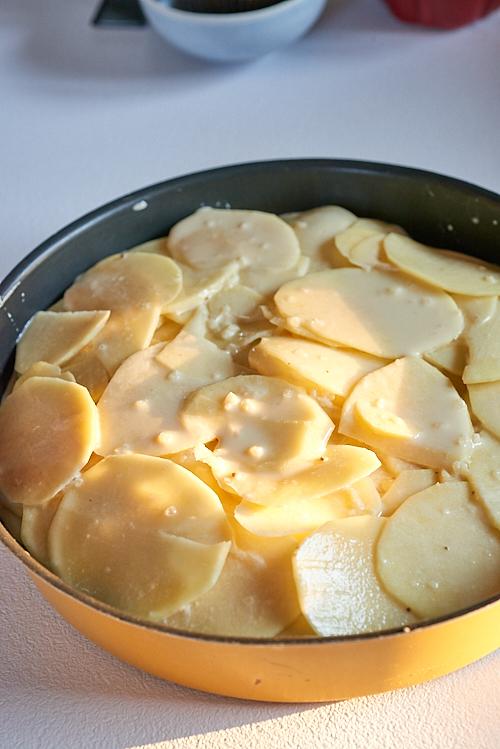 photo culinaire d'un gâteau de pommes de terre au magret avant la cuisson