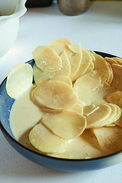 photo de tranches de pommes de terre enrobées d'un mélange crème et oeufs