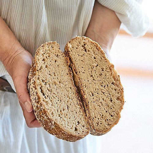 photo culinaire d'un pain cocotte sans gluten au levain