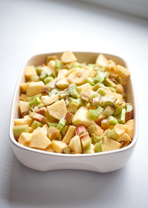 photo culinaire de fruits coupés pour un crumble