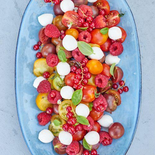 Salade de tomates cerises, framboises et mozzarella di bufala
