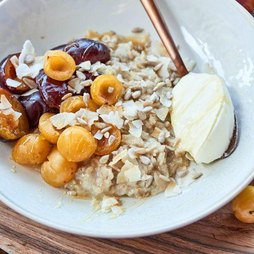 recette de porridge de fin d'été aux prunes et noix de coco