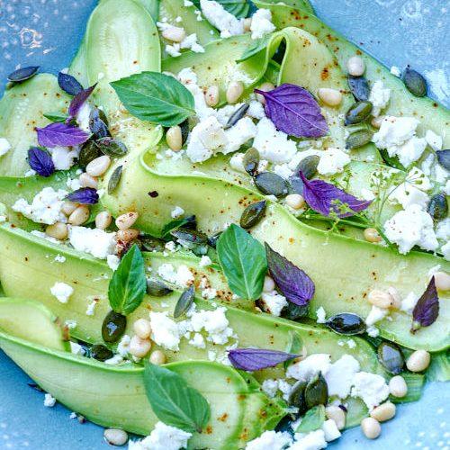 Salade de courgettes de Nice, feta et pignons